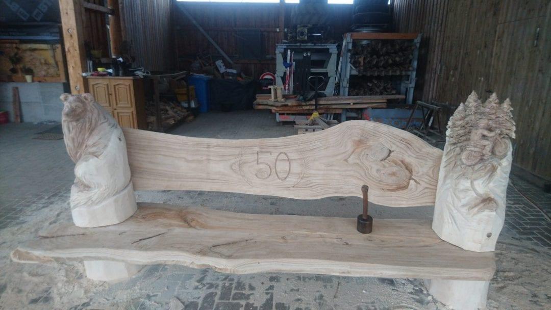 Eine Bank aus Eichen Holz geschnitzt